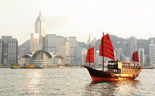 Trong suốt 10 năm qua, sự phát triển của phần lớn các trung tâm thương mại đến từ việc người Trung Quốc đại lục mua gom vàng, trang sức, hàng hiệu, mỹ phẩm giá cao - Ảnh: Reuters.