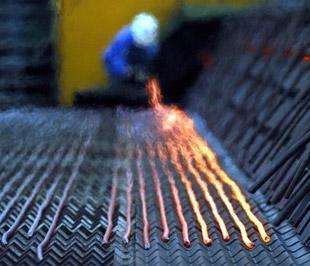 Thép ngoại tràn vào buộc các doanh nghiệp trong nước phải giảm giá hai đợt trong tháng 2 với tổng mức giảm là 800 - 900 nghìn đồng/tấn - Ảnh: Việt Tuấn.