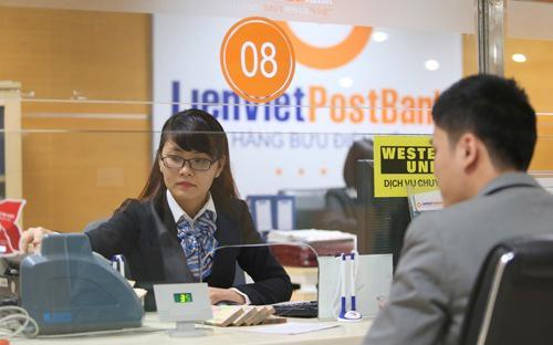 Khách hàng giao dịch tại LienVietPostBank. <b></b><i></i><u></u><sub></sub><sup></sup><strike></strike><br>