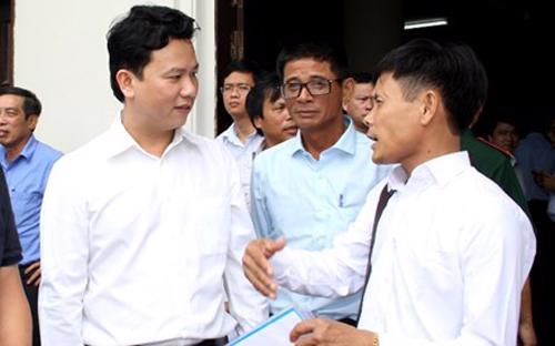 Chủ tịch UBND tỉnh Hà Tĩnh Đặng Quốc Khánh (bên trái) trao đổi với doanh nghiệp ngày 13/8.<br>