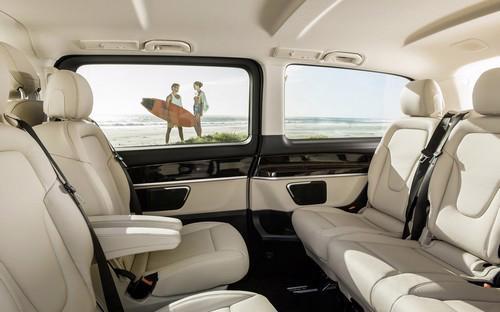 Bên trong V 250, khoang nội thất xe sử dụng các vật liệu cao cấp như da, gỗ và hợp kim nhôm với độ hoàn thiện cao.