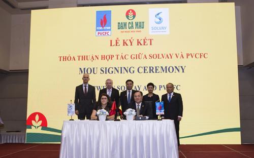 """""""Lễ ký kết biên bản ghi nhớ hợp tác chiến lược giữa Công ty Cổ phần Phân bón Dầu khí Cà Mau (PVCFC) và Solvay Specialty Chemicals Asia Pacific Pte (Công ty trách nhiệm hữu hạn Hóa chất chuyên dụng Solvay khu vực châu Á Thái Bình Dương)""""."""