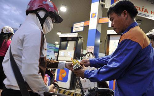 Hiện giá xăng ở mức 23.630 đồng/lít, giá dầu diesel ở mức 22.310  đồng/lít, giá dầu hỏa ở mức 22.020 đồng/lít và giá dầu mazut ở mức  18.510 đồng/kg.