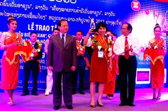 """Đại diện lãnh đạo MB nhận giải thưởng """"Thương hiệu nổi tiếng ASEAN""""."""