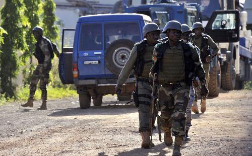 Mọi ngả đường xung quanh khách sạn đã được phong tỏa bởi lực lượng an ninh, quân đội của Mali và lực lượng gìn giữ hòa bình Liên hiệp quốc - Ảnh: New York Times.