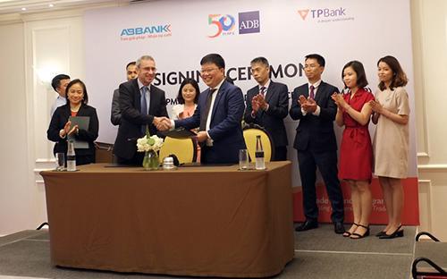 Ông Steven Beck - Giám đốc TFP của ADB và Tổng giám đốc TPBank Nguyễn Hưng tại lễ ký kết trước đó ngày 24/5/2017.