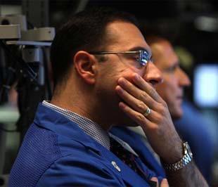 Chứng khoán khoán Mỹ đã giảm điểm mạnh ngay từ khi thị trường mở cửa, biên độ giảm ngày một được hiện rõ, không khí hoảng loạn lại một lần nữa xuất hiện ở Phố Wall -Ảnh: AFP.