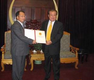 Phó thống đốc Ngân hàng Nhà nước Trần Minh Tuấn trao giấy phép cho đại diện SHBVN.