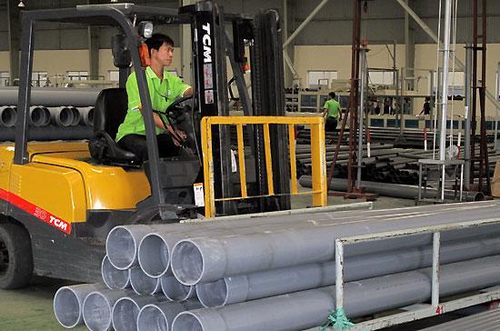 Sản xuất tại Công ty Cổ phần Nhựa Thiếu Niên Tiền Phong phía Nam (Bình Dương) - Ảnh: Minh Đức.