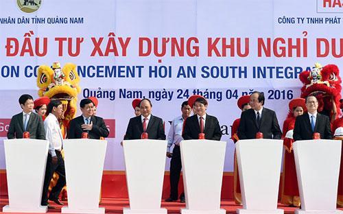 Thủ tướng Nguyễn Xuân Phúc cùng lãnh đạo các bộ ngành, chủ đầu tư bấm nút khởi công dự án ngày 24/4.<br>