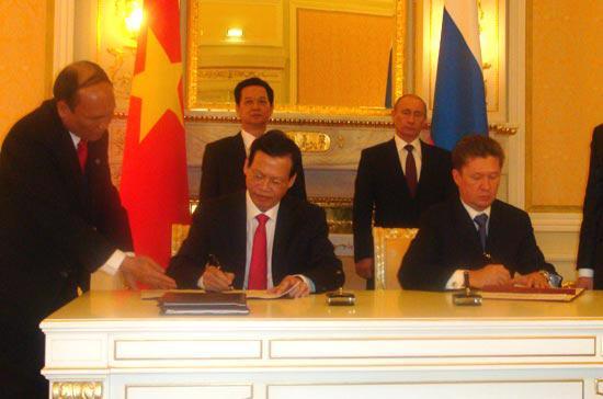 Thủ tướng Việt Nam và Thủ tướng Liên bang Nga chứng kiến lễ ký hợp tác giữa Petro Vietnam và Gazprom.