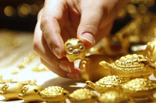 Những yếu tố không rõ ràng đang ảnh hưởng xấu tới thị trường hàng hóa các loại, như vàng - Ảnh: Reuters.