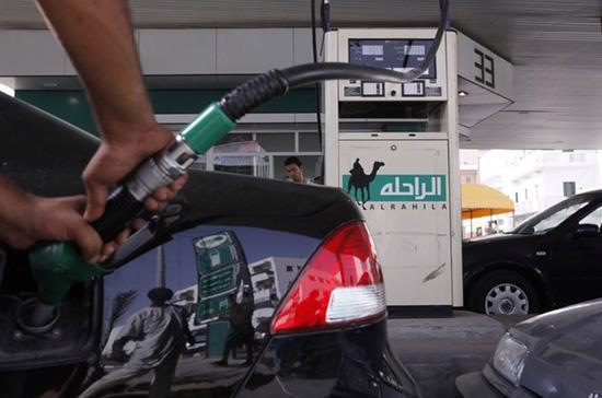 Giá xăng trên thị trường thế giới bất ngờ giảm mạnh trong phiên đêm qua - Ảnh: Reuters.