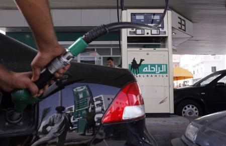 Giá xăng kỳ hạn bất ngờ nhảy vọt trên 3% sau nhiều ngày dậm chân tại chỗ - Ảnh: Reuters.