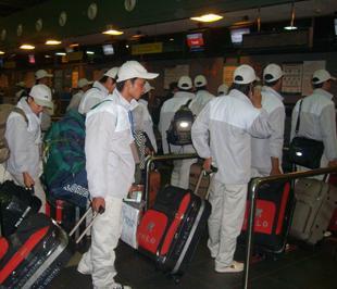 Lao động sang Hàn Quốc làm thủ tục xuất cảnh tại sân bay Nội Bài. Ảnh: Quỳnh Lam.