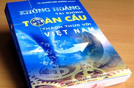 """Trang bìa cuốn sách """"Khủng hoảng tài chính toàn cầu - Thách thức với Việt Nam""""."""