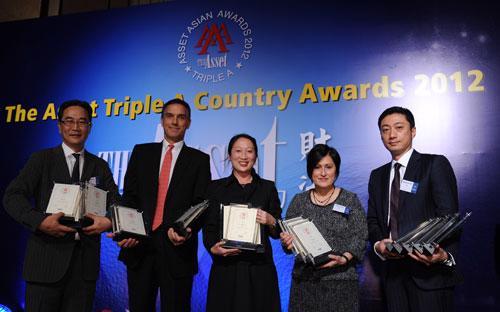 Ông Micheal Zink, Giám đốc Citi khu vực ASEAN (thứ hai từ bên trái sang) nhận giải thưởng cho Citi Việt nam.