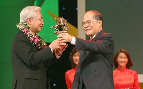 Tổng giám đốc DongA Bank nhận giải thưởng Doanh nhân Việt Nam tiêu biểu.<br>