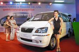 Một mẫu minivan lắp ráp ở Myanmar tham dự triển lãm - Ảnh: Asahi.