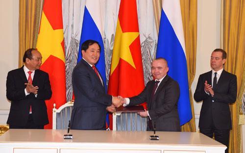 Lãnh đạo hai bên ký kết hợp tác dưới sự chứng kiến của Thủ tướng hai nước Việt - Nga, hôm 16/5.<br>