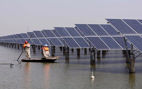 Trang trại năng lượng mặt trời lớn nhất thế giới tại tỉnh An Huy, Trung Quốc - Ảnh: Reuters.<br>