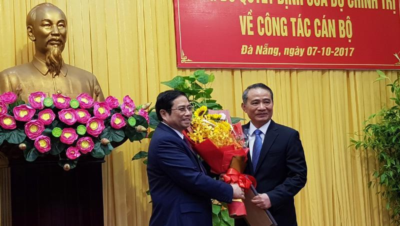 Trưởng ban Tổ chức Trung ương Phạm Minh Chính (bên phải) trao quyết định và tặng hoa chúc mừng ông Trương Quang Nghĩa nhận nhiệm vụ mới.<br>