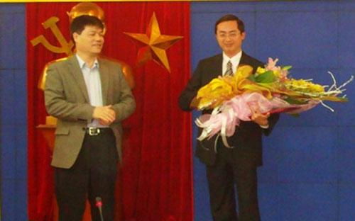 Ông Nguyễn Ngọc Sự, Chủ tịch Vinashin chúc mừng ông Vũ Anh Tuấn (phải) được bổ nhiệm chức vụ mới.<br>