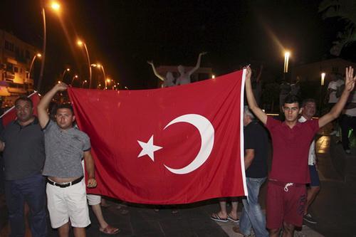 Những người ủng hộ chính phủ tràn ra đường phố sau khi cuộc đảo chính được chặn lại - Ảnh: Reuters.