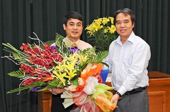Thống đốc Nguyễn Văn Bình chúc mừng ông Nghiêm Xuân Thành.