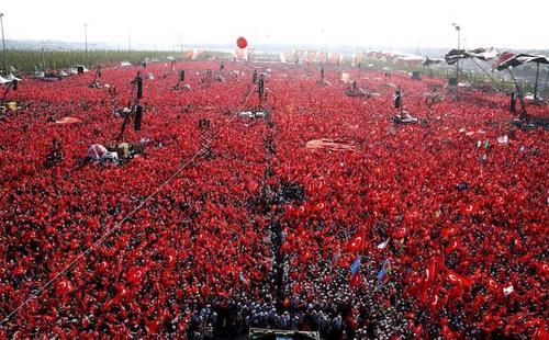 Theo chính phủ Thổ Nhĩ Kỳ, số người tham gia lên đến 5 triệu nếu tính cả những người bị mắc kẹt lại tại các khu vực ngoại ô mà không thể vào được khu trung tâm quảng trường quá đông đúc.