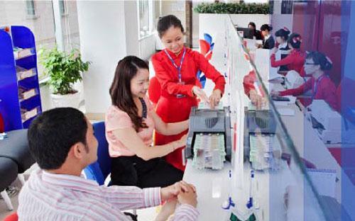 Khách hàng giao dịch tại VietBank.