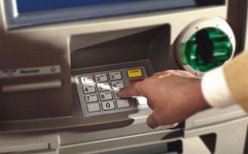 Theo Thông tư 35, từ 1/3/2013, mức phí rút tiền nội mạng sẽ là từ 0 -  1.000 đồng/giao dịch cho đến hết năm 2013 và sẽ tăng lên tối đa 2.000  đồng/giao dịch và 3.000 đồng/giao dịch trong các năm 2014, 2015.