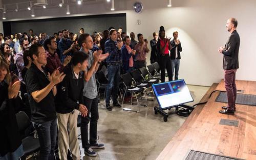 CEO Uber Dara Khosrowshahi trong buổi gặp mặt nhân viên đầu tiên tại trụ sở ở San Francisco - Ảnh: Uber.