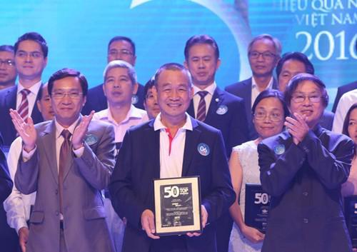 Giám đốc điều hành Vietjet ông Lưu Đức Khánh nhận giải thưởng.
