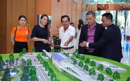 Trong buổi sáng tổ chức hội thảo của Công ty, đã có 500 khách hàng tới tham dự, trong đó 100 người đã tìm được căn hộ ưng ý.