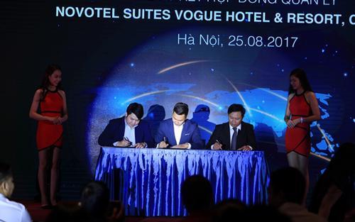 Ông Trần Long, chủ tịch Hội đồng Quản trị công ty Vogue Resort; Ông Nguyễn Quý Tuấn - Giám đốc phát triển Việt Nam của tập đoàn Accor; Ông Hồ Xuân Bình - Tổng giám đốc công ty Bảo Long Land cùng nhau ký kết hợp đồng quản lý.