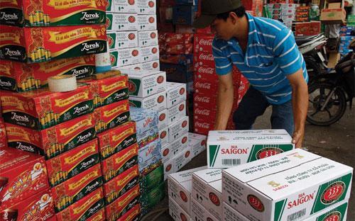 Bất chấp kinh tế khó khăn, hoạt động kinh doanh bia vẫn sôi động nhờ nhu cầu uống bia tăng - Ảnh: Thanh Hảo.