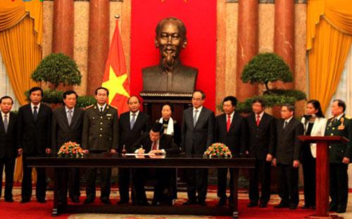 Chủ tịch nước ký Lệnh công bố Hiến pháp - Ảnh: VOV.