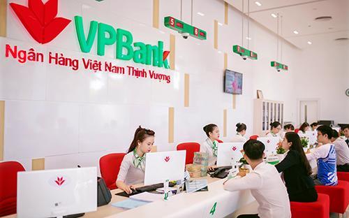 Khách hàng giao dịch tại VPBank.<br>