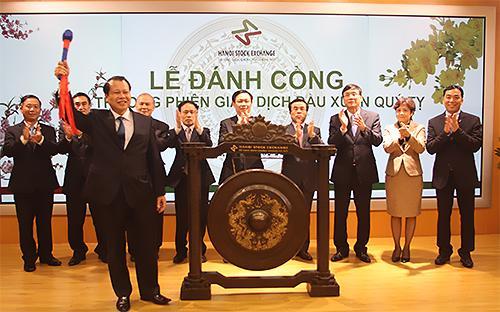 Phó thủ tướng Vũ Văn Ninh đánh cồng khai trương phiên giao dịch đầu xuân Quý Tỵ.