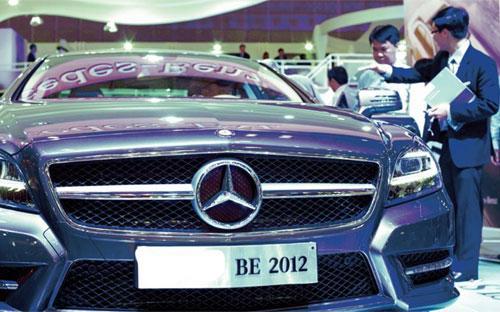 Khách hàng đang xem xe của hãng Mercedes-Benz.