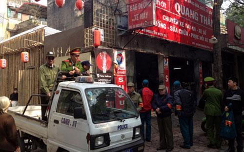 Lực lượng công an phường Bạch Đằng chốt chặn, không có khách ra vào khu Zone 9.<br>