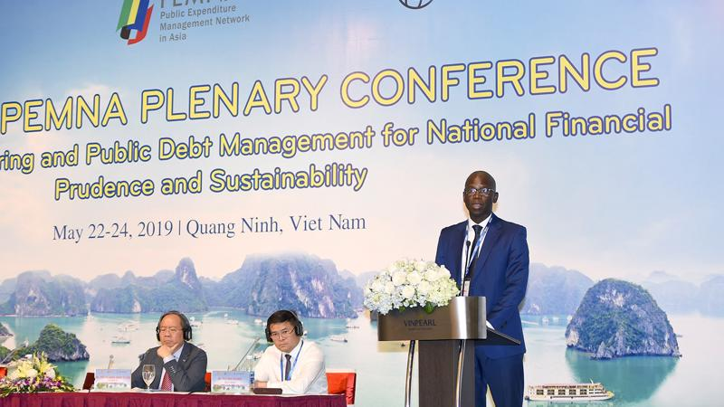 """Ông Ousmane Dione, Giám đốc Quốc gia Ngân hàng Thế giới cho rằng; """"Việt Nam đang có mức thu nhập theo đầu người chỉ bằng 5% so với mức thu nhập cao bình quân trong khu vực Đông Á""""."""