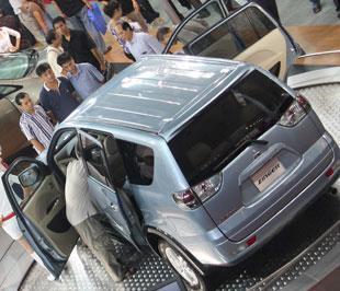 Zinger thu hút nhiều sự quan tâm của khách tham quan tại Vietnam Motor Show 2008 - Ảnh: Đức Thọ