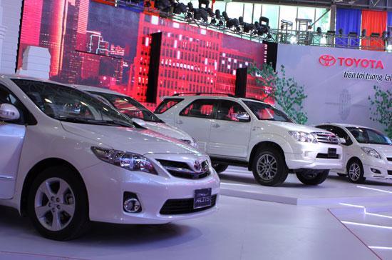 Mỗi khách hàng ký thỏa thuận mua bất cứ mẫu xe nào do TMV cung cấp hiện nay ngay tại đợt trưng bày sẽ được tặng thẻ xăng trị giá 2 triệu đồng - Ảnh: Bobi.