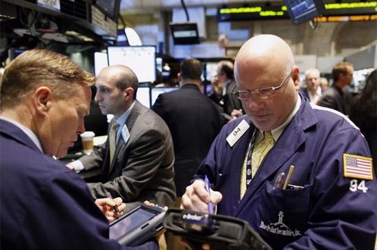 Nhiều cổ phiếu khối công nghệ, ngân hàng có giá trị vốn hóa lớn, có sức ảnh hưởng tới thị trường đã mất điểm nên cũng kéo các chỉ số chính giảm đà tăng điểm về cuối phiên - Ảnh: Reuters.