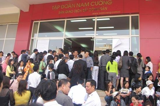 Cảnh người dân xếp hàng đăng ký mua căn hộ dự án Lê Văn Lương của Công ty Nam Cường khiến nhiều chủ đầu tư bất động sản ở Tp.HCM phải mơ ước.