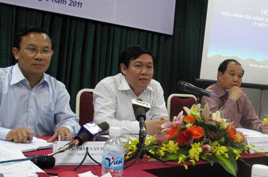 Bộ trưởng Bộ Tài chính Vương Đình Huệ (giữa) tại cuộc hội thảo về cơ chế kinh doanh xăng dầu - Ảnh: SGTT.