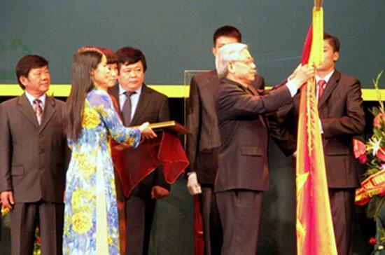 Thay mặt Đảng, Nhà nước, Chủ tịch Quốc hội Nguyễn Phú Trọng trao Huân chương Sao Vàng cho lực lượng báo chí cách mạng Việt Nam - Ảnh Chinhphu.vn.