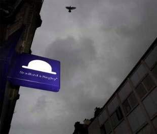 Một tấm biển ngân hàng Bradford & Bingley ở Leicester, Anh. Chính phủ Anh đã quyết định quốc hữu hóa ngân hàng cho vay địa ốc này, vốn đang bên bờ vực phá sản - Ảnh: Reuters.